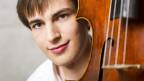 Junger Mann hinter einem Cello.