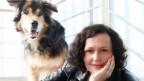 Portrait von Maike Nowak und einem Hund.