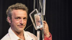 Ein Mann mit Smartphonen-Modellen
