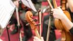 Violinen in einem Orchester in der Nahaufnahme