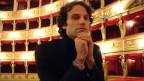 David Greilsammer blickt in die Kamera