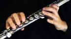 Ein Mann der Klarinette spielt in Nahaufnahme.