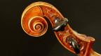 Ein verschnörkelter Hals eines Cellos