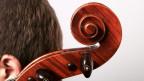 Nahaufnahme von einem Cellisten von der Seite