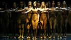 Das halbnackte Ensemble bei der Ballettaufführung «Le Sacre du Printemps» an der Oper in Leipzig, 2003.