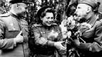 Sowjetische Soldatin bekommt Blumen übereicht.