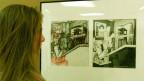 """Frau betrachtet eine Originalzeichnung vom Comic """"Maus"""" von Art Spiegelmann."""