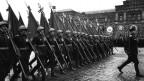 Russische Soldaten an einer Parade zum Kriegsende
