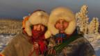 Zwei traditionell gekleidete Sami vor der Kamera
