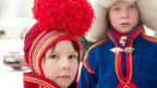 Zwei Sami-Kinder in traditioneller Kleidung