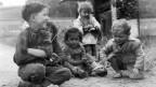 Schwarz- Weiss Bild von Kindern auf der Strasse
