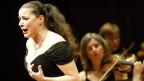 Opernsängerin um die 40ig mit langen, dunklen Haaren