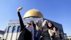 Jugendliche machen ein Selfie vor dem Felsendom in Jerusalem.