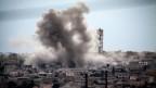 Bild einer syrischen Stadt, die bombadiert wird.