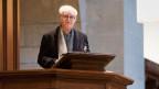 Adolf Muschg steht auf einer Kanzel in einer Kirche und spricht.