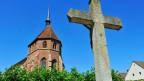 Verenamünster im Bad Zurzach mit Kreuz im Vordergrund