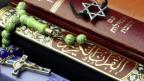 Foto von einer Bibel, Koran und Tanach