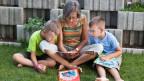 Oma erzählt eine Geschichte ihren Enkeln.