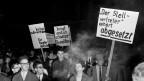 Demonstration in Basel, am 24. September 1963, gegen die Aufführung von Hochhuths Theaterstück «Der Stellvertreter».