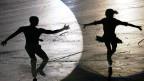 Schatten von zwei Eiskunstläufern.