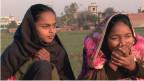 Zwei Mädchen im Dorf Mulhapar. Sie tragen ein Kopftuch.