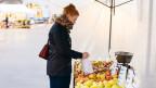 Köchin Anna Pearson beim Einkaufen am Apfelstand.