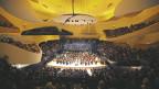 Die Philharmonie von Paris von innen. Sie hat eine gelbe Decke.