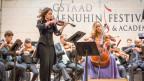 Die Geigerin Patricia Kopatchinskaja und die Cellistin Sol Gabetta spielen mit Orchester in Gstaad.