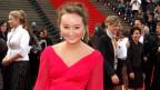 Julia Lezhneva im roten Kleid auf dem roten Teppich bei der Verleihung des Echo Klassik 2013.