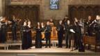Ein Orchester in einer Kirche