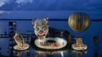 Bühnenbild, Clownkopf auf einem See