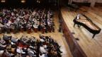 Pianist auf einer Orchesterbühne mit Publikum im Saal