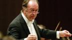 Um die 60ig-jähriger Dirigent mit Brille