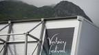 Festival Verbier-Banner vor Bergkulisse