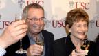 Arieh Warshel (links) stösst an auf seinen Nobelpreis in Chemie, recht seine Frau Tamar.