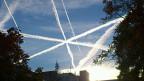 Kerosinstreifen am Himmel.