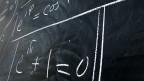 Formeln von Leonhard Euler an einer Wandtafel der Universität Basel.