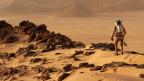 Ein Astronaut geht auf dem Mars. Szene aus «The Martian».