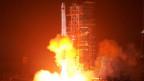 Eine mit einem Satelliten ausgerüstete Rakete startet im Süden Chinas.