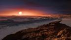 Karge Steinlandschaft eines Planeten, am Horizont geht die Sonne auf.