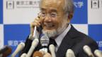 Nobelpreisträger Yoshinori Ohsumi freut sich als er mit dem japanischen Premierminister Shinzo Abe über seine Auszeichnung spricht.