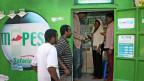 M-Pesa: In Nairobi übermitteln Kunden Geld am Schalter - oder per App.