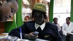 Eine Kundin am M-Pesa-Schalter in Nairobi, Kenia.