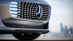 Der Mercedes  F015 signalisiert mit blauem LED-Licht, dass das Fahrzeug autonom unterwegs ist. Fährt eine Person, leuchten die LEDs weiss.