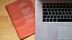 Ein Laptop und ein Abstimmbüchlein.
