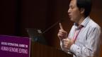 Ein Mann steht an einem Rednerpult und hält einen Vortrag.