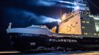 Das Forschungsschiff Polarstern mit strahlenden Scheinwerfern im Eis