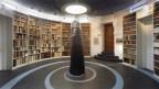 Ein Lesesaal mit einer Skulptur und Büsten