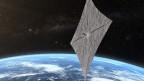 Die Erdkugel vom All betrachtet mit einer viereckigen, silbernen Plane im Vordergrund des Bildes