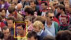 Menschenmenge in der einzelne Gesichter mit einem Viereck markiert sind